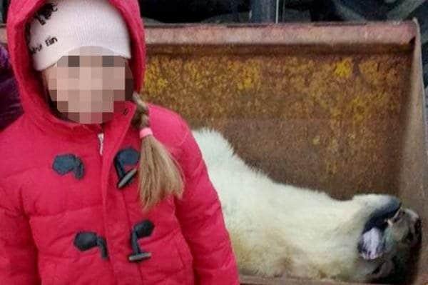 Selfie devant un ours blanc abattu
