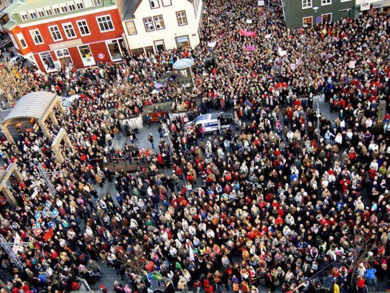 Les femmes islandaises descendent dans la rue