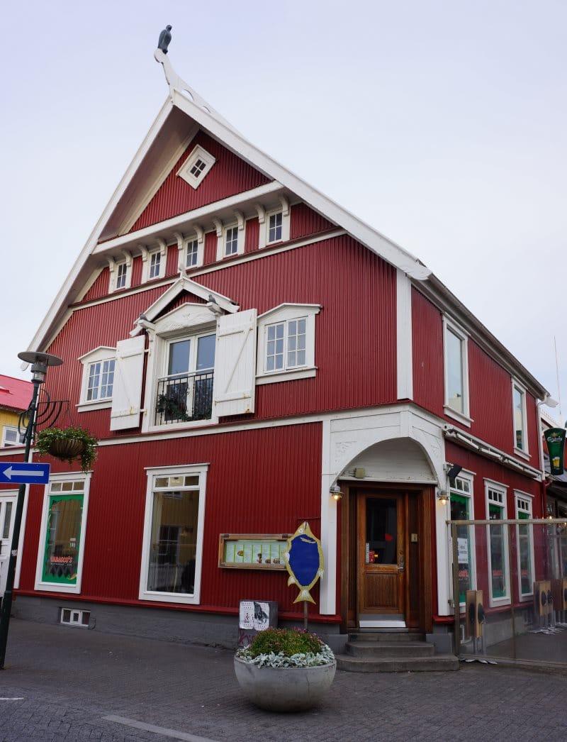 Maison rouge dans la capitale de Reykjavik