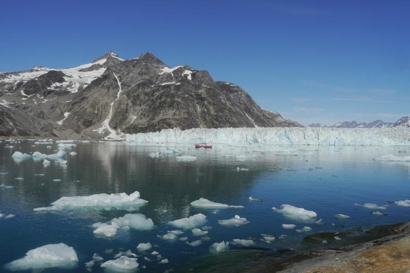 Glacier qui tombe dans la mer au Groenland