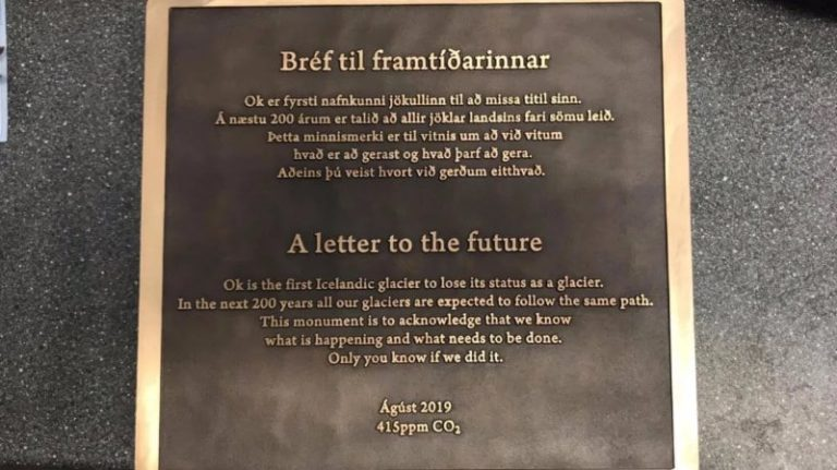 Une plaque commémorative en hommage à Okjökull, le premier glacier disparu d'Islande