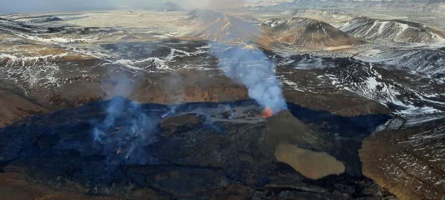 Vue aérienne de l'éruption volcanique