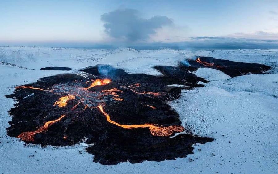 Eruption entre neige et feu